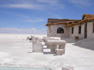 hotel-costruito-col-sale-Playa-Blanca-in-bolivia
