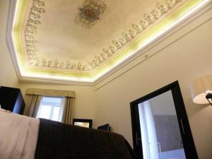 Il soffitto affrescato della Senior Suite
