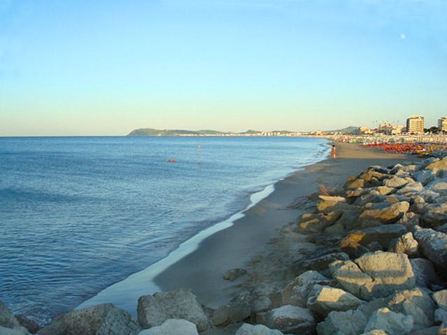 Matrimonio Sulla Spiaggia Emilia Romagna : Vacanze a riccione mare spiaggia e discoteche viaggi