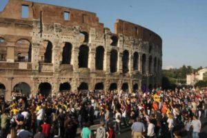 turisti-a-roma-colosseo
